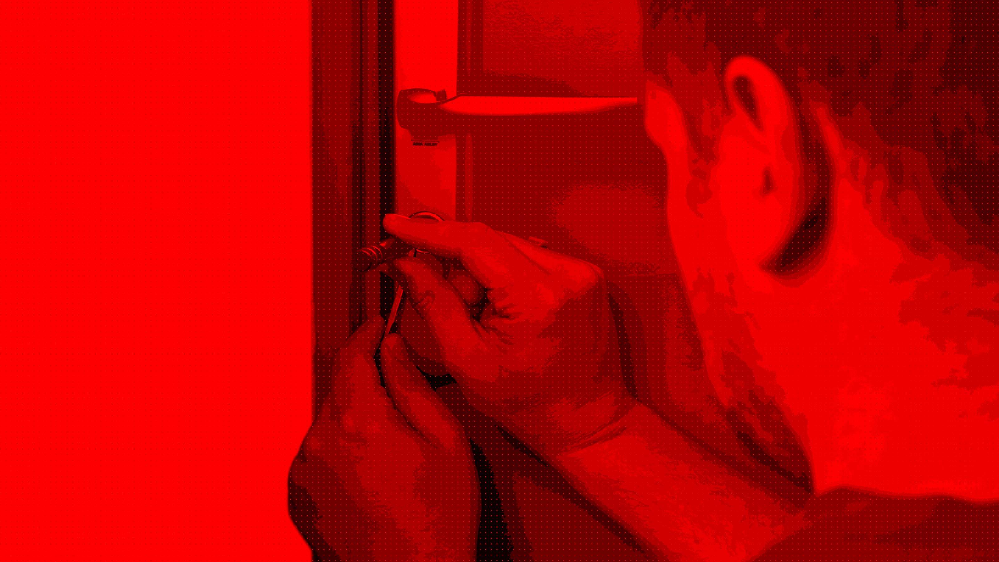 Un serrurier d'Ouverture Minute entrain de crocheter une serrure